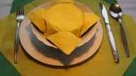 """Празнична украса за маса от салфетки в жълт цвят. Украса тип """"Жълтото цвете"""" е една интересна и нестандартна декорация на чинията на масата. Цветето изглежда интересно и загадъчно и навява..."""