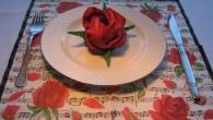 """Украса за маса от салфетки оригами червена роза. Украса тип """"Рози и Ноти"""" За розата в индийските митове се съобщава, че най-красивата жена на света Лакшми се е родила от..."""
