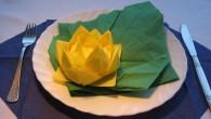 """Сватбена украса за маса в жълто Тип жълтото цвете. Украса тип """"Жълтото цвете"""" представлява водна лилия върху зелено листо, носещо се по течението на водата. Украсата е композирана от три..."""