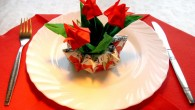 """Украса за маса от оригами Цветя Украса тип """"Цветя в саксия"""" представлява няколко червени цветя подредени в специално направена саксия. В саксията могат да се поставят, както и едно цвете,..."""