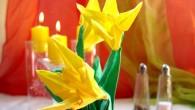Украса за маса оригами жълти цветя Украса за маса оригами жълти цветя е подходяща за най- различни празници (Рожден ден, имен ден, Кръщене, празнични вечери и събирания, фирмени вечери, сватби...
