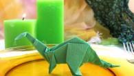 Украса тип Динозавър Украса за маса от оригами тип Динозавър. Динозавърът е изчезнал вид от семейството на влечуги. Той е бил предимно тревопасно животно. Украсата динозавър се препоръчва за украса...
