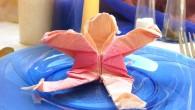 Украса за маса от оригами тип човек. Украсата представлява обикновен човек направен от салфетка. Украсата може да се използва за празничната декорация на масата за рожден ден, имен ден, празници,...