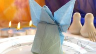 Украса за маса оригами Ангелче. Украсата представлява оригами ангел направен от светло синя салфетка. Украсата Ангел е подходяща за украса за сватба, юбилей, кръщене, новородено бебе и т.н.. Украсата може...
