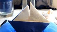 Морска украса за маса оригами Ветроходна яхта. Украсата оригами Ветроходна яхта направена от синьо – бежова салфетка. Украсата оригами Ветроходна яхта се препоръчва за украса за рожден ден, имен ден,сватба,...