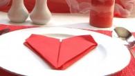 Романтична украса за маса оригами Сърце. Украсата оригами Сърце е направена от червена салфетка. Украсата оригами сърце се препоръчва за украса за романтични и любовни вечери, юбилей, сватба, тийм билдинг...