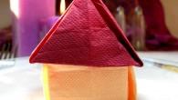 Строителна украса за маса оригами къща. Украсата за маса оригами къща е подходяща при партита за нов дом или нов апартамент. Също така е подходяща при бизнес украса на срещи...