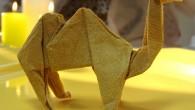 Ръчно направена украса за маса оригами камила от салфетка. Украсата камила е подходяща за украса на бизнес срещи, фирмени конференции, корпоративен подарък и други. Оригами камила може да бъде опакован...
