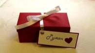 Ръчно направена кутия за сватбен подарък с поимено надписана с отделен етикет.